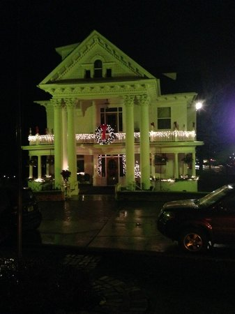 Gibson Mansion Bed and Breakfast: Outdoor Christmas Lights