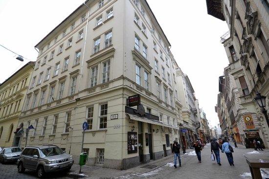 Cosmo City Hotel: La fachada desde la Vaci Utka