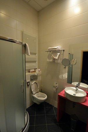 Cosmo City Hotel : El cuarto de baño.
