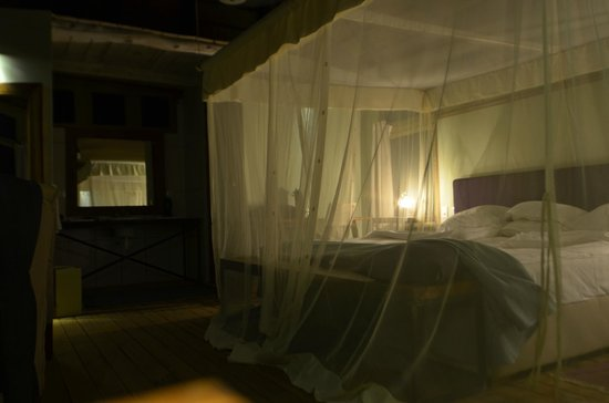 Maramboi Tented Camp: Spacious king sized bed with mosquito netting.