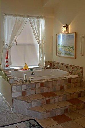 Captain's Inn: Large Tub