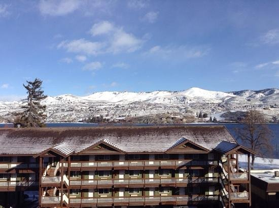 Chelan Resort Suites: View from our unit after a snowy night
