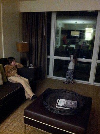 Oceanaire Resort Hotel: Living room. Ocean view window.could see ocean nicely.