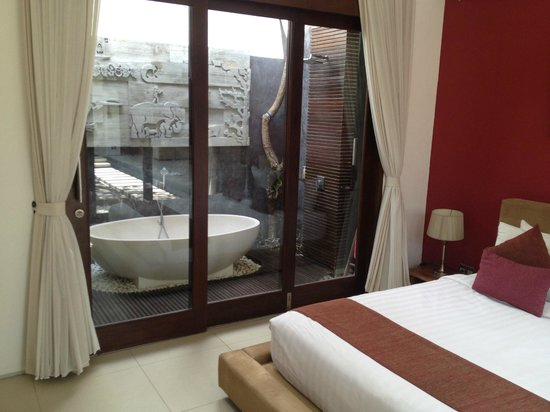 Chandra Luxury Villas Bali : Outdoor bathroom with rain shower