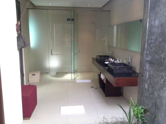 Chandra Luxury Villas Bali : View from outdoor bathroom to covered bathroom
