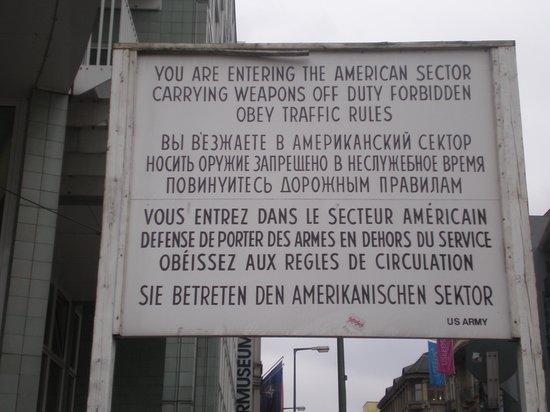 Checkpoint Charlie: IL classico e famoso cartello.