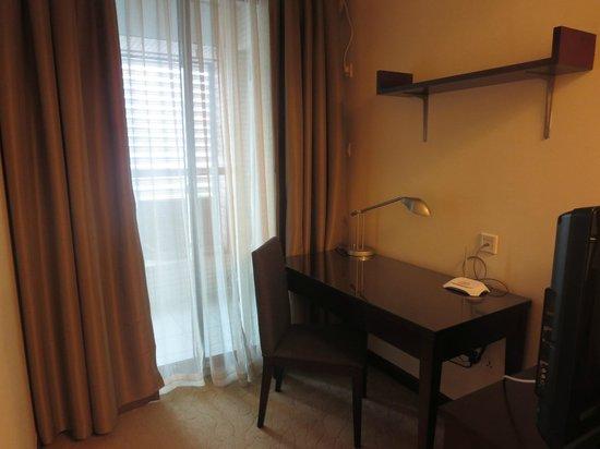 Springdale Serviced Residence Guangzhou: Corner desk in Master bedroom
