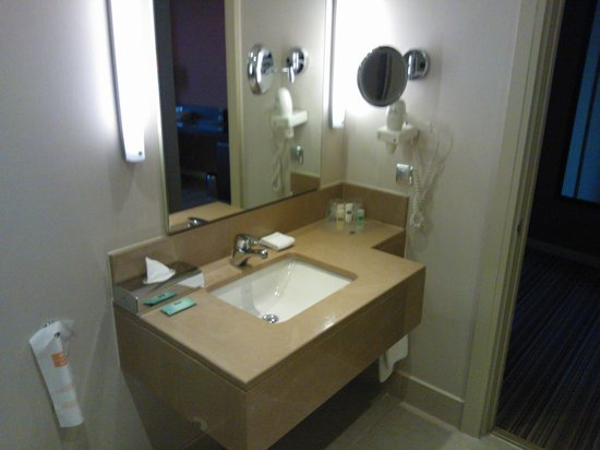 Courtyard by Marriott Istanbul International Airport : bathroom 1