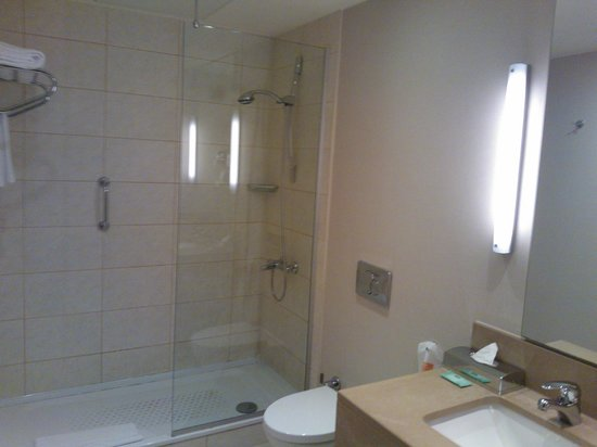 Courtyard by Marriott Istanbul International Airport : bathroom 2