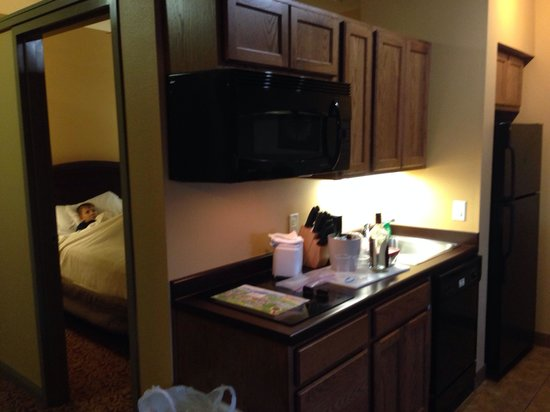 Mt. Olympus Resort: The second room and kitchen of the 2-queen 2-room suite