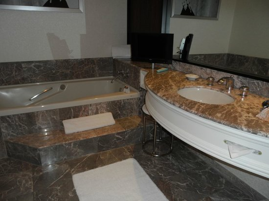 Loews Hôtel Vogue : Jetted tub in the large bathroom
