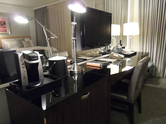 Loews Hôtel Vogue : Flat screen TV mounted to the mirrored feature wall