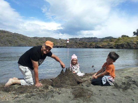 Patagonia Acres Fishing Lodge: Castillos de arena en la playa