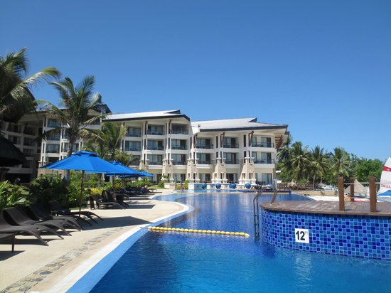The Bellevue Resort Bohol: The pool and west wing of the hotel