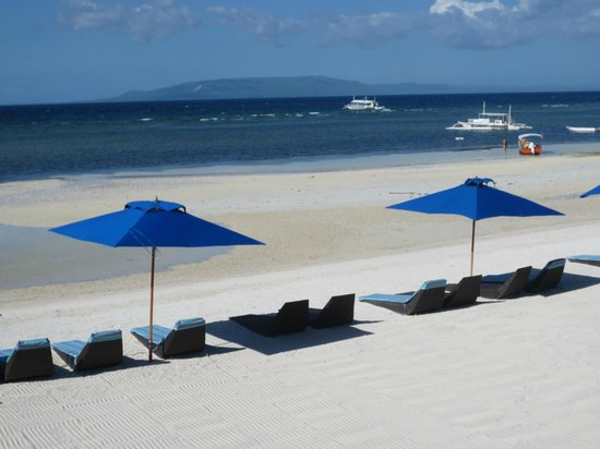 The Bellevue Resort Bohol: View of the beach loungers and Doljo Beach
