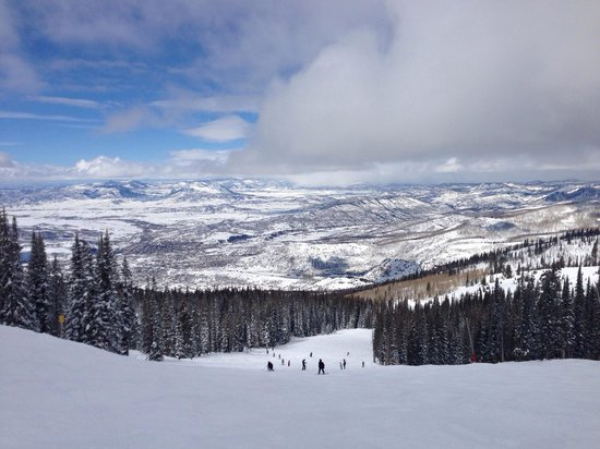 Steamboat Ski Resort: Very good snow, excellent service at ski lifts and overall highly recommended ski resort