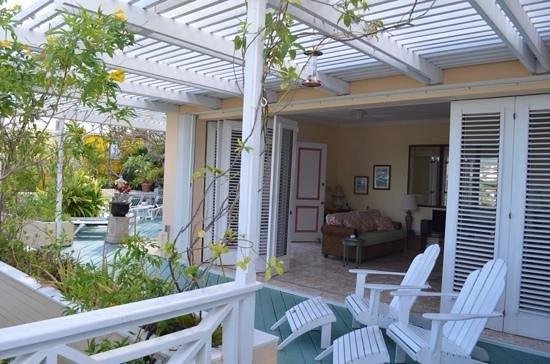 Bellavista Bed & Breakfast : Open-air living room, decks, and pool area