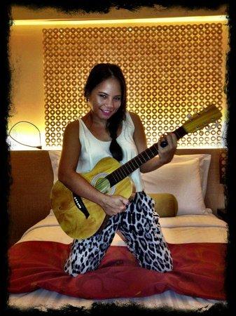Cebu City Marriott Hotel: playing around with my guitara