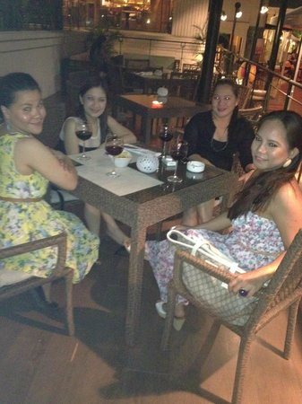 Cebu City Marriott Hotel: wining by the pool with mi ladies
