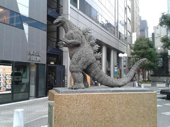 Imperial Hotel Tokyo : Godzilla statue in front of hotel