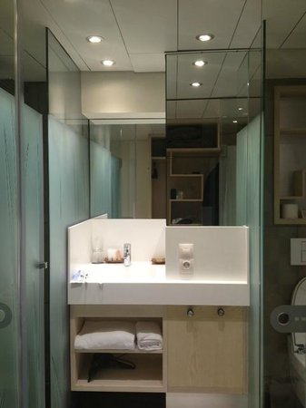 Ako Suite Hotel: Narrow sink area all glass enclosed.