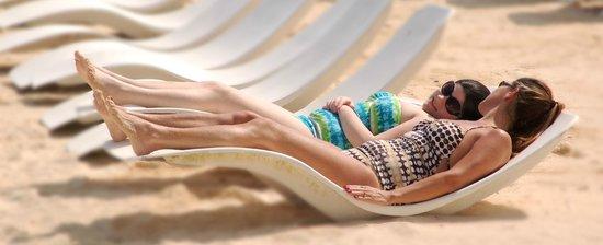 Buccanos Grill & Beach Club Cozumel: enjoying the sun
