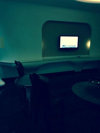 Yas Viceroy Abu Dhabi: Tv in living room