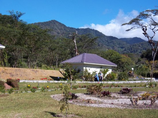The Riverside Inn Boquete: View of the grounds near the river