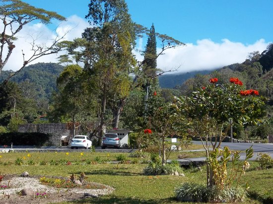 The Riverside Inn Boquete: View on parking and Volcan Baru