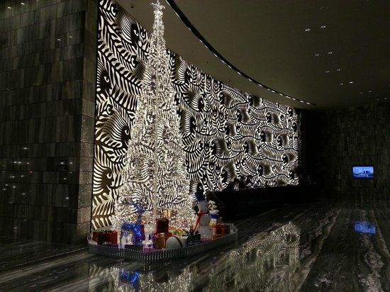 Hilton Shenzhen Shekou Nanhai: The recepyion area in the dead of the night at Christmas.