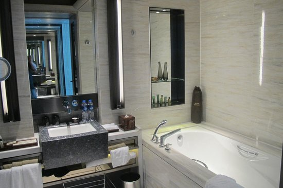 Hilton Shenzhen Shekou Nanhai: part of the bathroom.