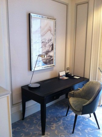 Shangri-La Bosphorus, Istanbul: The desk