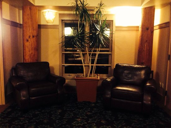 Lied Lodge & Conference Center: Cozy little conversation nooks everywhere you turn