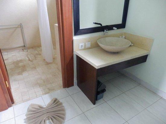 Kertiyasa Bungalow : Salle de bain