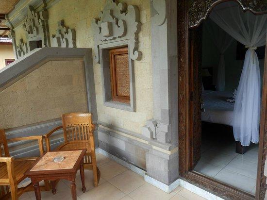 Kertiyasa Bungalow : Entrée de la chambre