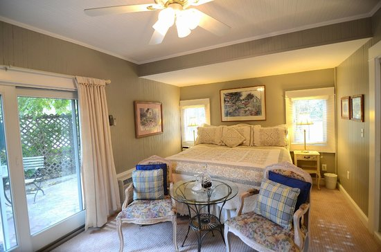 Inn St Helena: Ground floor Deluxe Room with a King Size Bed and attached Bath