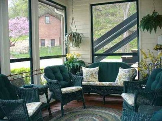 Greenbriar Country Inn & Suites: Screened Porches