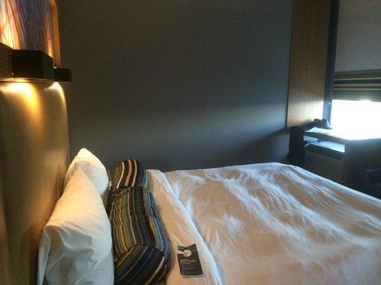 Aloft Jacksonville Tapestry Park : comfy bed