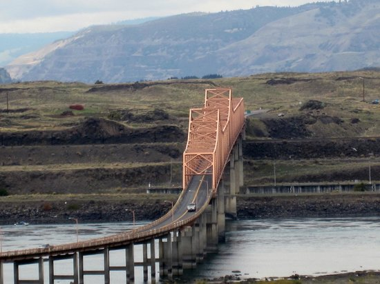 Celilo Inn : The Dalles Bridge from Room 57