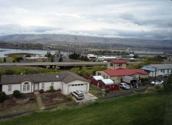 Celilo Inn : The Dalles Dam and local color from Room 57