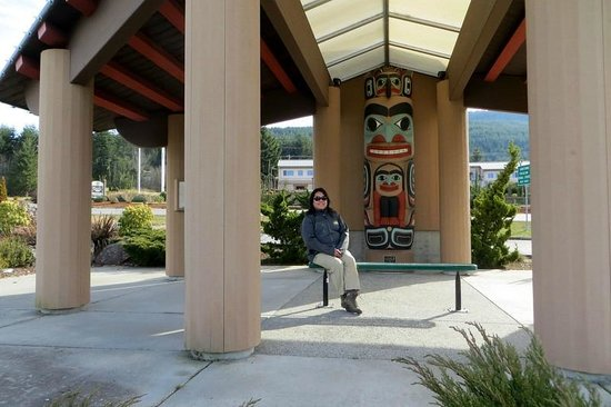 Sequim Bay Scenic Pullout : Me in front of cedar-carved totem pole