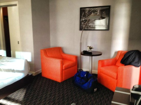 Hotel Edison Times Square : Sitting area in bedroom