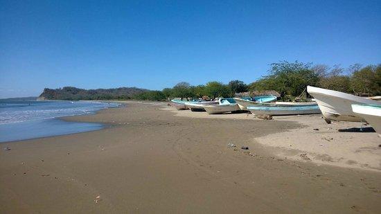 Soma Surf Resort: Local beach