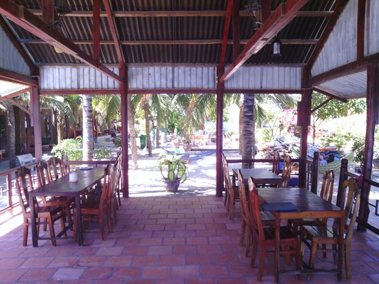 Hong Di Bungalows: restaurant de l'hôtel en bord de plage.