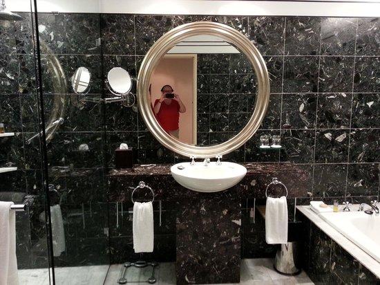 Hyatt Hotel Canberra: The marble bathroom