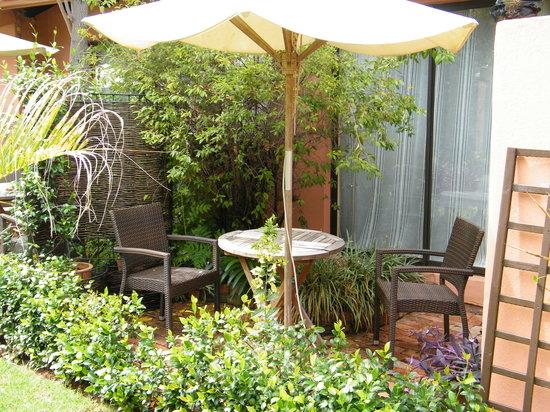 Sitatunga Guest Lodge & Transfers: terrasse prive devant chaque chambre