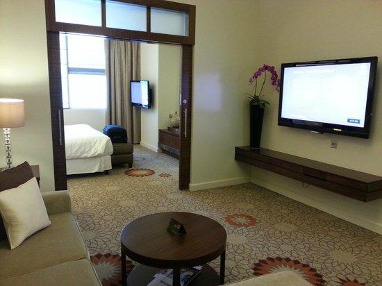 Sheraton Dubai Mall of the Emirates Hotel: Living Room and Bedroom