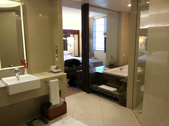Sheraton Dubai Mall of the Emirates Hotel: Glass Wall from Bath to Bedroom