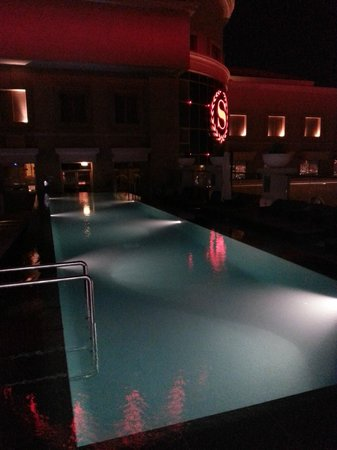 Sheraton Dubai Mall of the Emirates Hotel: Roof-Top Pool at Night