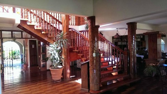 Hotel Desire Costa Rica: Restaurant / Bar / Staircase to suites